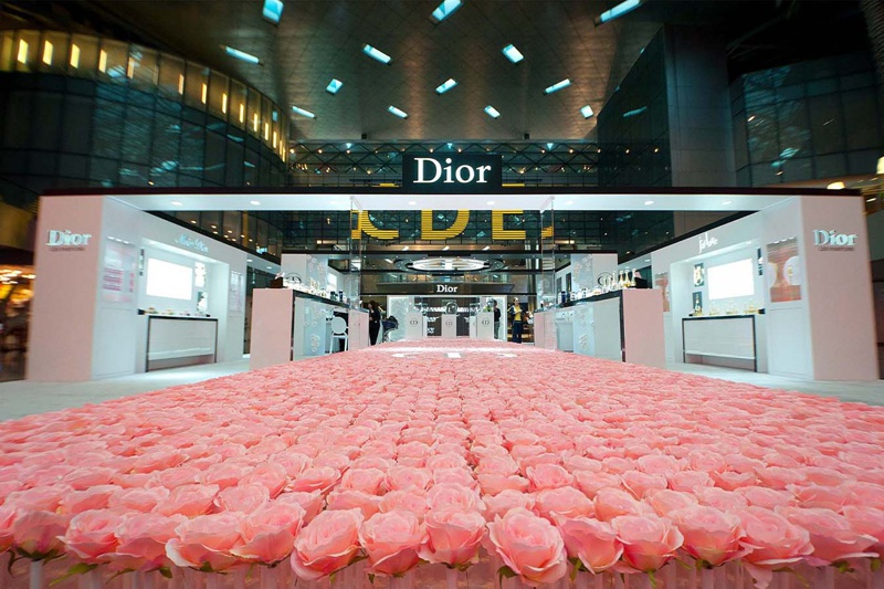 SHOT_magazine_qatar duty free has unveiled a 6000 hand planted bed of roses dior les parfums installation in hamad international airport